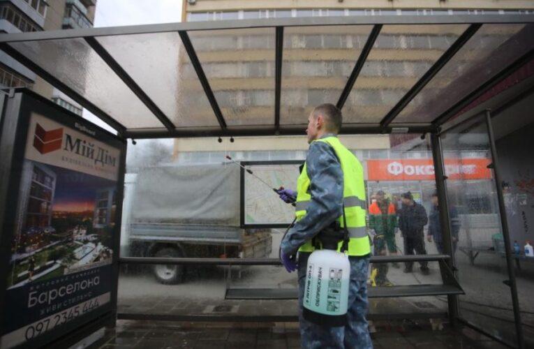 У Києві спецзасобами миють дороги, мости, зупинки та переходи