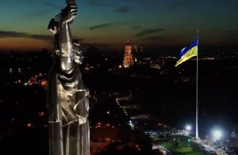 В Киеве открыли мемориал, где подняли самый большой флаг Украины