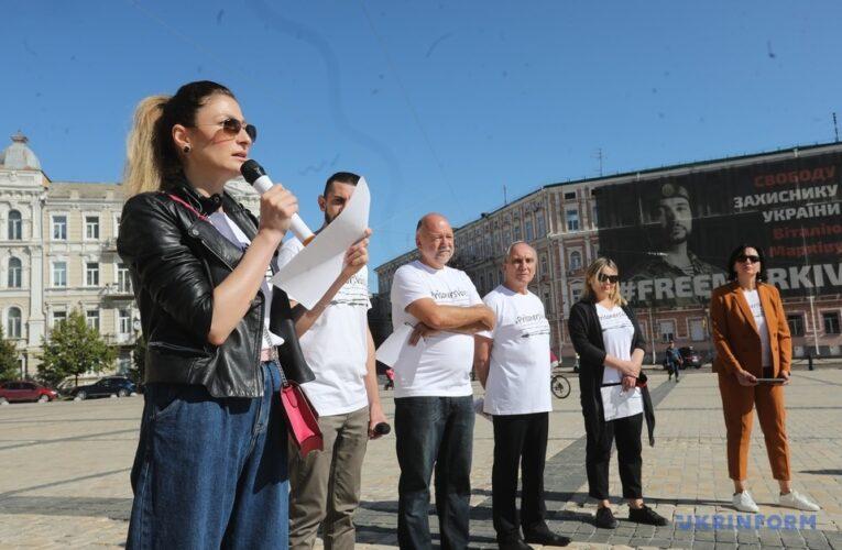 Листи з-за ґрат: у Києві провели акцію на підтримку заручників Кремля