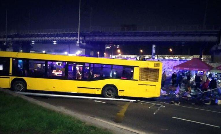 У Києві автобус врізався в торговельну точку біля зупинки, є загиблий і постраждалі