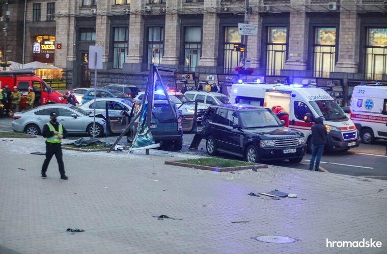 В Киеве на Крещатике водитель въехал в остановку общественного транспорта: двое погибших и трое раненых