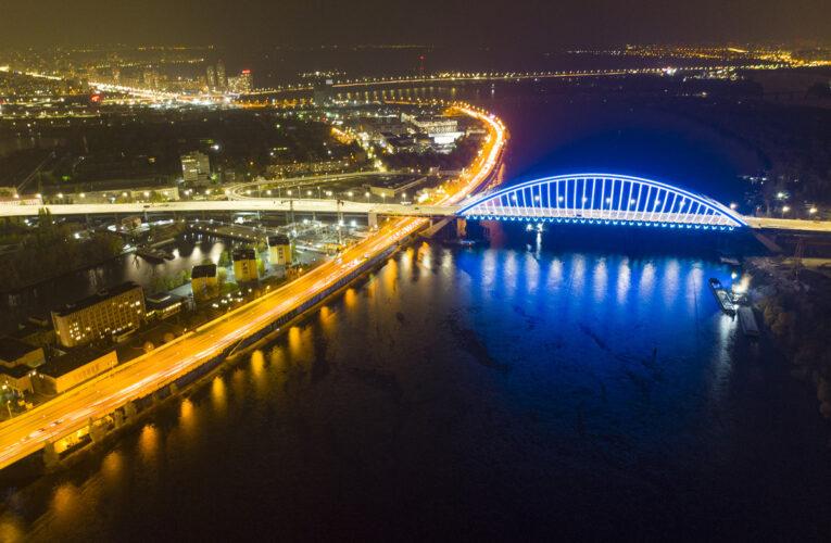 Два мости в Києві засяяли блакитними вогнями