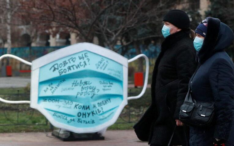 """""""Закривайся маскою, а не в собі"""": у Києві встановили мистецьку інсталяцію"""