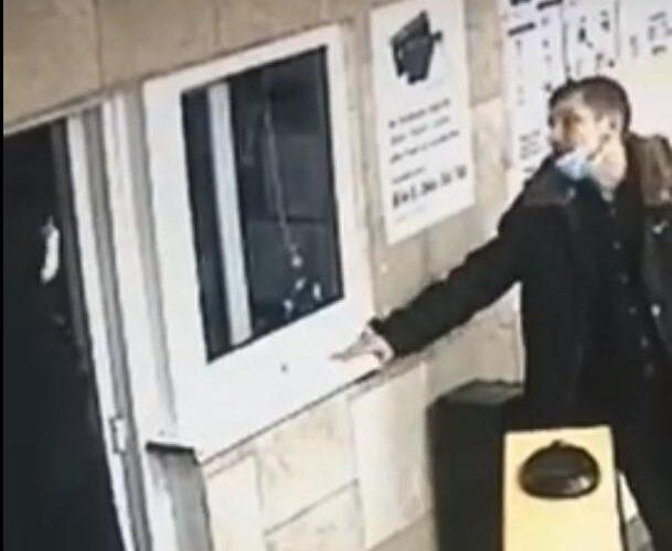 У Києві чоловік головою вдарив співробітницю метрополітену і потрапив на відео